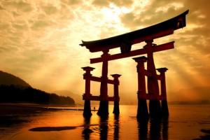 Japan Schrein mit goldenem Himmel